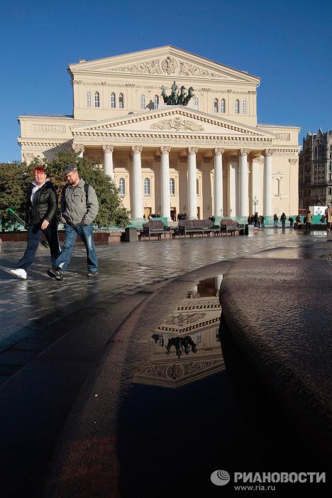 Vendredi 28 octobre, le théâtre Bolchoï rénové ouvrira à nouveau ses portes. Au cours des travaux de rénovation, le théâtre s'est vu doter d'une partie souterraine, l'intérieur historique a été restauré, Apollon sur le toit du théâtre a récupéré sa couronne autrefois perdue et, le plus important, le Bolchoï a retrouvé son acoustique incroyable, qui l'avait rendu célèbre au XIXe siècle.