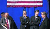 Jared Kushner, gendre de Trump, entre deux agents de Goldman Sachs : Steven Mnuchin (à gauche) et Steve Bannon.