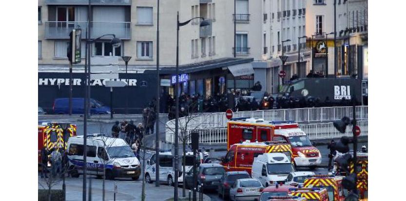 Les forces de l'ordre lancent l'assaut contre l'épicerie juive où est retranché Amedy Coulibaly, le 9 janvier 2015 porte de Vincennes à Paris (c) Afp
