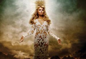 EN IMAGES. Paris Hilton joue la Madone pour Adon