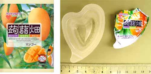 Afficher l'imageUn paquet de bonbon en gelée parfumé à la mangue (à g.), le bonbon en gelée (à d.)