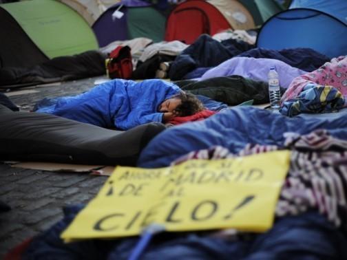Un groupe de manifestants endormis sur la place Puerta del Sol, à Madrid, après le manifestation qui a eu lieu vendredi 20 mai.