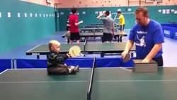 Un bébé qui joue au ping-pong devient la star du net