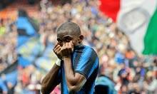Samuel Eto'o kisses his jersey after scoring for Internazionale