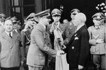 Chaleureuse poignée de mains entre Adolf Hitler et le D r  Krupp von Bohlen, patron de Krupp Munitions (qui employait près de 100.000 personnes, dont 23.000 prisonniers de guerre). © D.R.