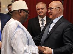 Le président malien Ibrahim Boubacar Keïta (g) et le ministre français des Finaces, Michel Sapin, à Bamako, le 9 avril 2015