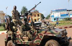 Des soldats centrafricains patrouillent le 5 décembre 2013 dans les rues de Bangui
