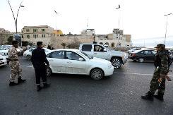 Des forces de sécurité libyenne effectuent des contrôles dans le centre de Tripoli, le 3 février 2013