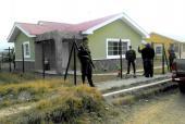 Des militaires devant la maison de la militante écologiste hondurienne, Berta Caceres assassinée par des inconnus, le 3 mars 2016 à La Esperenza (nord-ouest de Tegucigalpa)