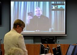 Depuis Rome, le cardinal Pell prête serment sur la Bible avant d'être interrogé par l'avocate générale Gail Furness, de la «commission royale pour la réponse institutionnelle aux abus sexuels sur enfants», à Sydney, lundi 29 février 2015.