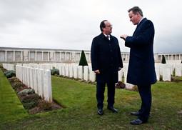 Le président français et le premier ministre britannique se sont retrouvés au cimetière-mémorial britannique de Pozières, lieu emblématique de la Bataille de la Somme. Première offensive conjointe franco-anglaise de la Grande Guerre, cette bataille fit plus de 400000 morts.