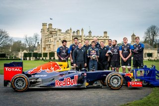 Le pilote de F1 Daniel Ricciardo et les joueurs de rugby de Bath
