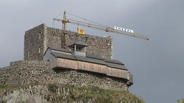 A Picherande, trois générations de Chazal reconstruisent un château du Moyen-Âge