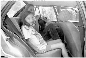 Olivia Pilhar im Juli 1995 in Malaga. Unter dem T-Shirt zeichnet sich deutlich der gewaltige Tumor ab.