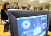 Des personnes consultent les offres d'emplois sur les ordinateurs d'une agence du pôle emploi, à Tours.