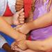 Les jeux de main sont très populaires dans les cours de récréation. Ce sont des jeux à partir de 2 joueurs où les enfants doivent coopérer et se synchroniser tout en chantant des comptines dynamiques. Ils développent leur motricité dans la bonne humeur. R