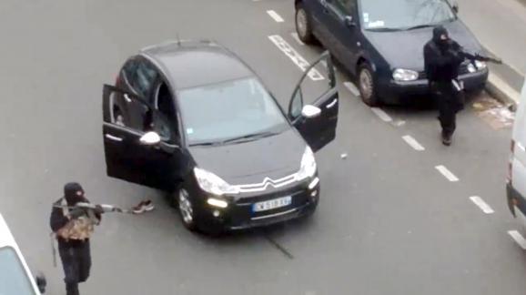 """Capture d'écran de la vidéo amateur montrant les deux tueurs de """"Charlie Hebdo"""", à Paris, le 7 janvier 2015."""