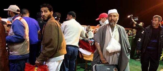 BENGHAZI (LIBYE).Des blessés évacués de Misrata, à l'ouest du pays, débarquent à Benghazi.