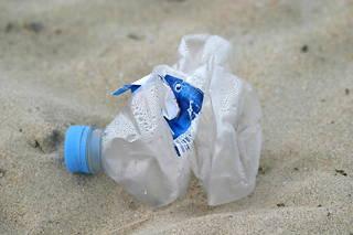 Les bouteilles plastiques constituent une part importante de la pollution des océans.