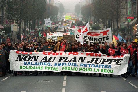 Des dizaines de milliers de manifestants, le 10 décembre 1995 à Caen, pour le retrait du plan Juppé de réforme du système de prévoyance sociale.