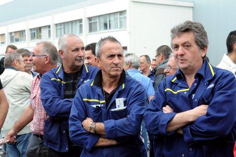 Des ouvriers en grève devant l'usine Michelin de Joué-les-Tours, le 10 juin.