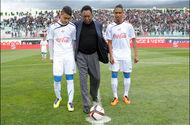 [AFP/Farouk Batiche] C'est la légende du football brésilien Pelé qui a ouvert le match amical des Verts contre la Slovénie, le 5 mars.