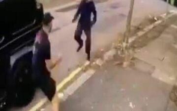 Sean Kolasinac affronte des agresseurs qui tentent de s'emparer du véhicule de son coéquipier Mesut Ozil.