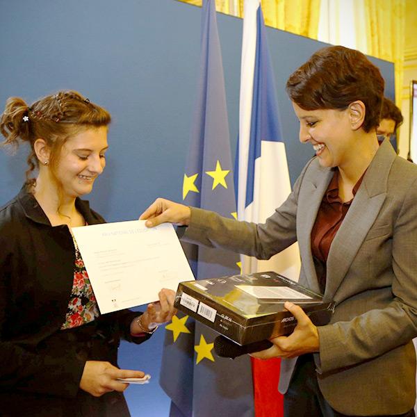 La Ministre Remet le Prix National de l'Éducation