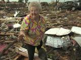 Oklahoma : une femme retrouve son chien vivant dans les décombres
