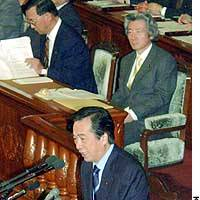 Democratic Party of Japan leader Naoto Kan grills Prime Minister Junichiro Koizumi (seated, right) during Wednesday's House of Representatives plenary session.