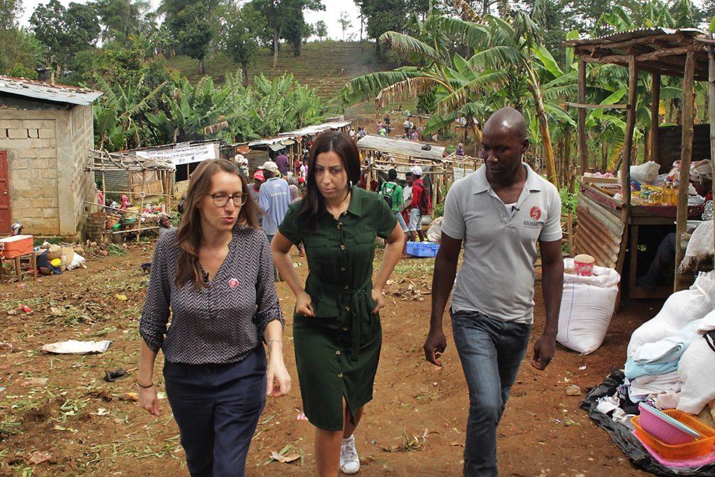 Faïza et l'équipe déambulent sur un marché rural