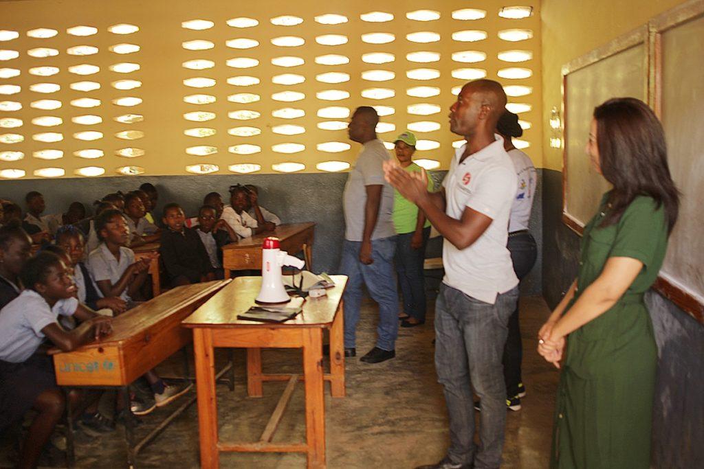 Wangcos présente Faïza aux élèves de l'école de Kenscoff