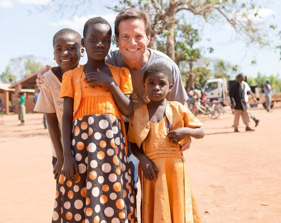 Scott Wolf Teams Up with Elizabeth Taylor AIDS Foundation and Nothing But Nets to Fight HIV and Malaria in Malawi