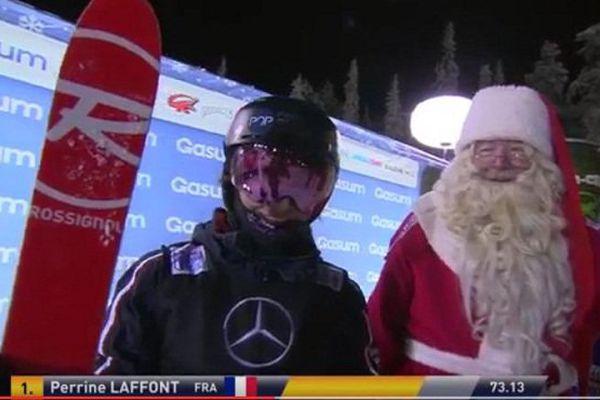 Perrine Laffont avec le père Noël à Ruka, à l'arrivée de sa course