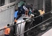 Carro tomba após bater em caminhão no bairro da Barra | Reprodução I TV Bahia