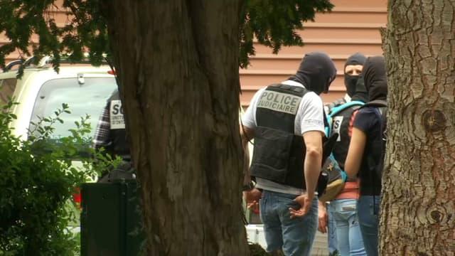Une perquisition est en cours au domicile du suspect, à Oullins.
