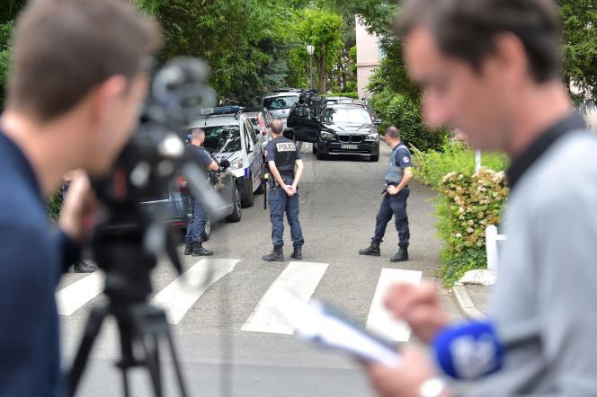 Des enquêteurs à Oullins (Rhône), le 27 mai, près du domicile du suspect interpellé plus tôt dans la journée