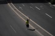 Un manifestant au poing levé sur la route, en marge des manifestations contre l'instauration du passe sanitaire, à Marseille, le 14 août 2021.