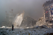 Un homme devant les ruines du World Trade Center, le 11 septembre 2001.
