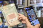 Un client scanne un produit à l'aide de l'application Yuka, le 20 novembre 2020 à Paris.