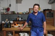 Le chef Jamie Oliver, en août 2013, dans une cuisine à Londres.