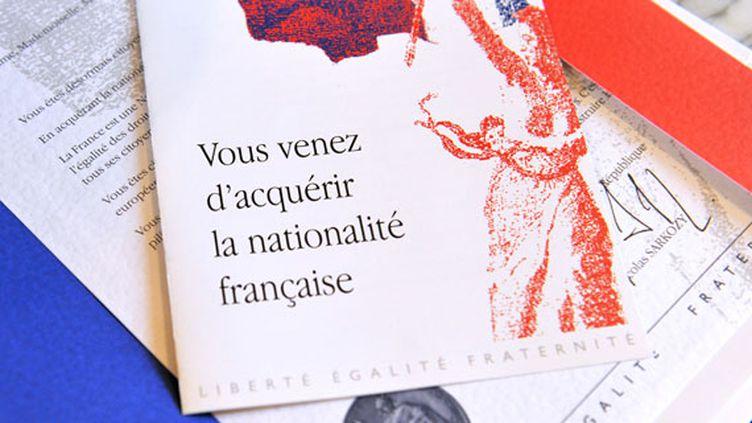 Le document donné aux Français naturalisés lors d'une cérémonie officielle, à Tours, le 21 mars 2012. (ALAIN JOCARD / AFP)