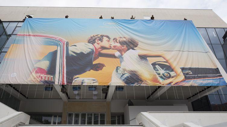 L'affiche du 71ème festival de Cannes, accrochée au-dessus des marches du Palais.  (SYSPEO/SIPA/1805061504 )