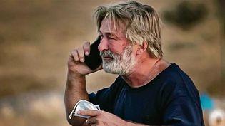Près de 48 heures après l'accident sur un tournage impliquant l'acteur Alec Baldwin, le mystère reste toujours entier : comment la photographe Halyna Hutchins a pu être tuée alors que l'arme était chargée à blanc ? (France 2)
