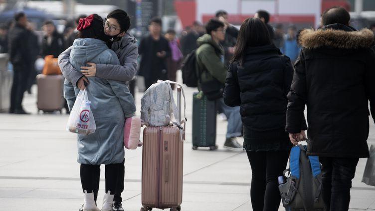 Des voyageurs dans la gare de Wuhan (Chine), ville où une épidémie d'une pneumonied'origine inconnue a démarré, le 12 janvier 2020. (NOEL CELIS / AFP)
