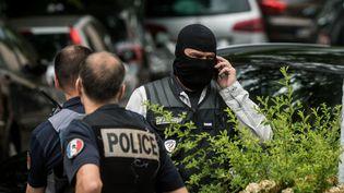 Des policiers à Oullins, dans la banlieue de Lyon, le 27 mai 2019, où le domicile du principal suspect a été perquisitionné. (NICOLAS LIPONNE / AFP)