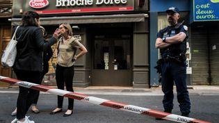 Devant la boulangerie visée par l'explosion d'un colis piégé, à Lyon, le 25 mai 2019. (JEFF PACHOUD / AFP)