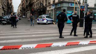 La rue Victor-Hugo à Lyon après l'explosion d'un colis piégé devant une boulangerie, le 24 mai 2019. (NICOLAS LIPONNE / NURPHOTO / AFP)