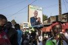 Les partisans du principal candidat de l'opposition, Cellou Dalein Diallo, attendant son retour à Conakry, le 15 octobre 2020.
