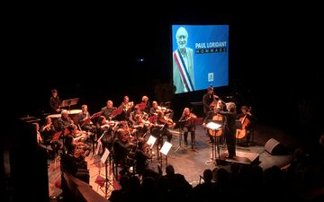 Les Ulis, ce samedi. Les associations locales, comme ici l'Odyssée symphonique, ont rendu hommage à l'ancien maire, Paul Loridant. LP/Florian Garcia